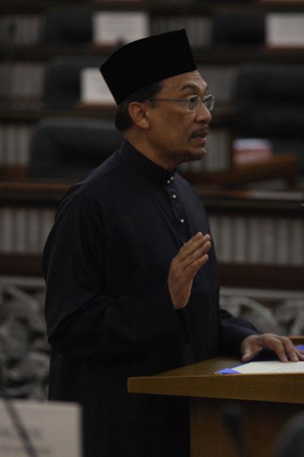 dato seri anwar ibrahim sworn into parliament wee choo keong