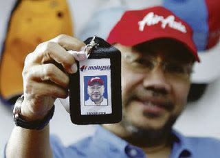 Datuk Kamarudin Meranun proudly showing his then newly acquired MAS credential during the infamous MAS-AirAsia share swap