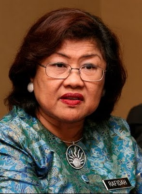 YB Tan Sri Rafidah Aziz, the chairman of AirAsia X Sdn Bhd. By the way, has AirAsia X refunded all the airport taxes collected from the un-traveled  passengers?