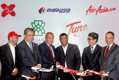 After signing the infamous MAS-AirAsia share swap on 9-8-2011. From left: Datuk Kamarudin Meranun of AirAsia, Tan Sri Azman Mokhtar, MD of Khazanah, Tan Sri Md Nor Yusuf, chairman of MAS, Tan Sri Tony Fernandes of AirAsia, En Mohamed Rashdan and Datuk Seri Nazir Razak, the CEO of CIMB Yusuf, the thenh Khazanah's nominee/deputy Group CEO of MAS were the then members of the EXCO Committee of MAS.