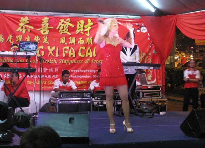 Ms Rena sang Mandarin, Malay and English songs to entertain warga Wangsa Maju