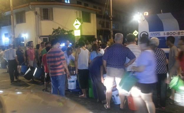 Syabas menghantar bekalan kepada penduduk-penduduk di kawasan Jln 20/27B Desa Setapak