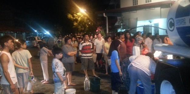 Syabas menghantar bekalan air kepada penduduk-penduduk di Jalan 20/27B