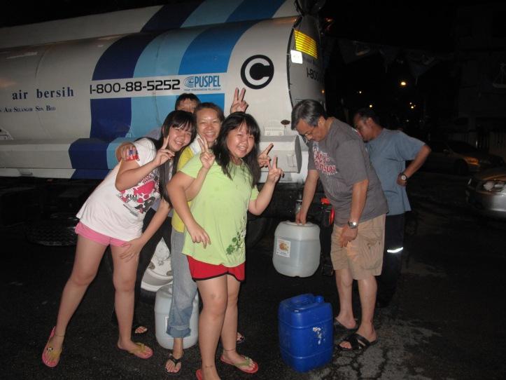 Membantu penduduk-penduduk mengambil bekalan air