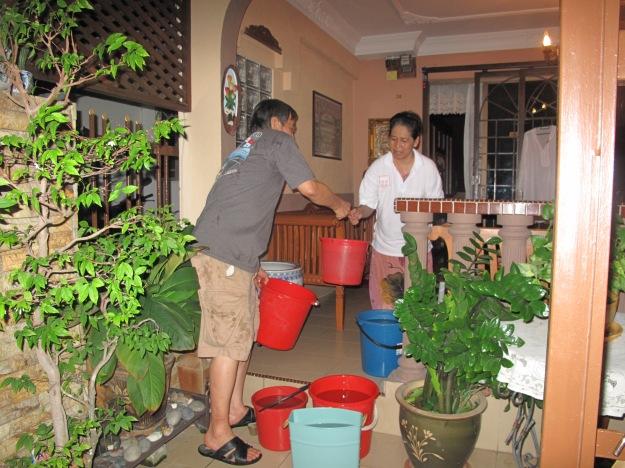 Membantu mengambil bekalan air bagi penduduk di kawasan Surau di Desa Setapak.