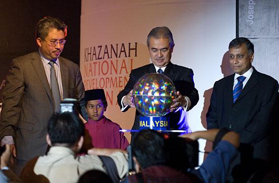 From left: Tan Sri Azman Mokhtar, Tun Abdullah Badawi (Advisorr of MAS & Chairman of Advisory Panel of MAS-AirAsia share swap and Tan Sri Nor Mohamad Yakop