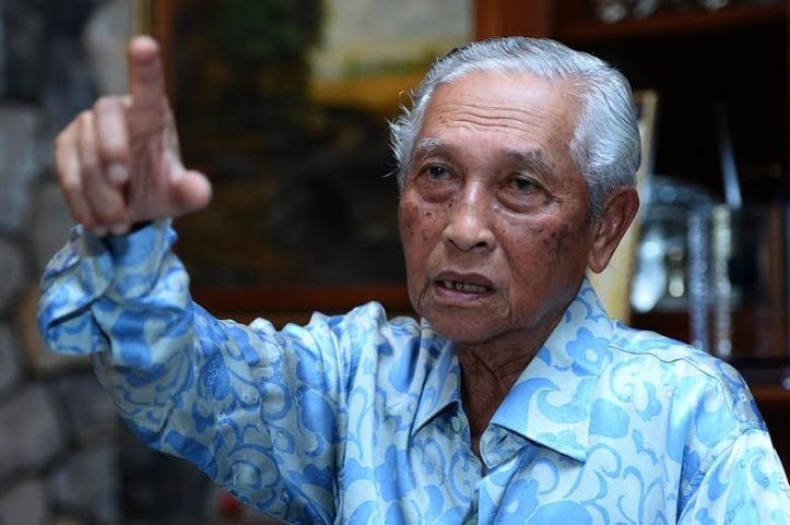 Yg Bhg Tan Sri Abdul Aziz Abdul Rahman, the first  CEO of MAS. He must be pointing at Menara MAS in Jalan Sultan Ismail.